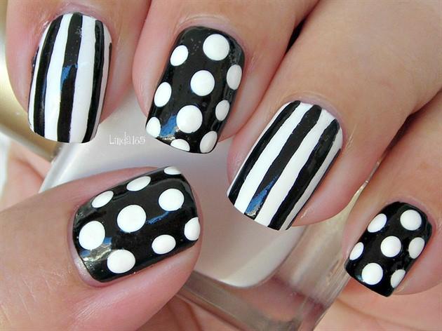 чёрно белый дизайн ногтей в горошинку