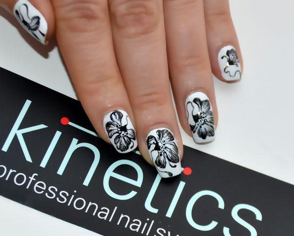 чёрно белый дизайн ногтей цветок