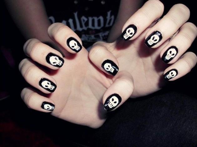 чёрно белый дизайн ногтей черепа