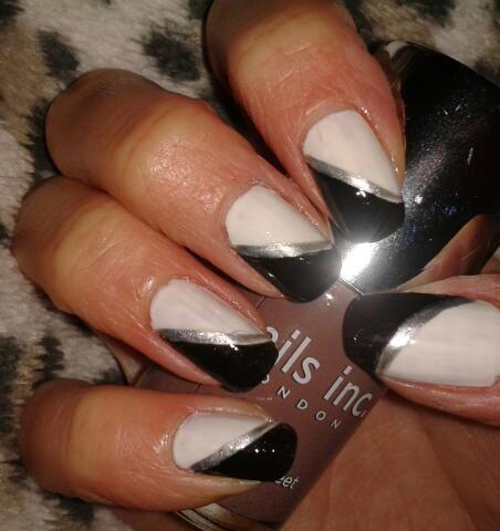 чёрно белый дизайн ногтей с диагональной серебряной полоской