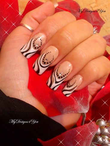 чёрно белый дизайн ногтей наращенные со стразиком