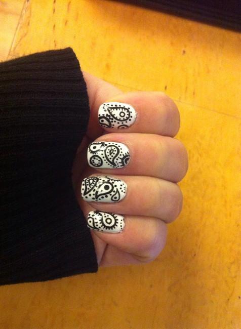чёрно белый дизайн ногтей точки