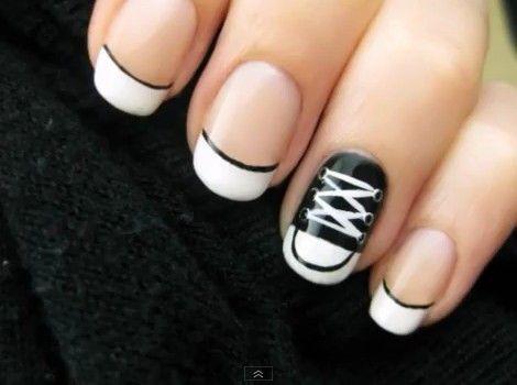 чёрно белый дизайн ногтей кеды