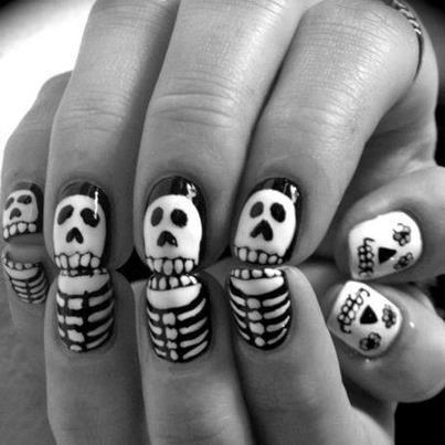 чёрно белый дизайн ногтей скелет