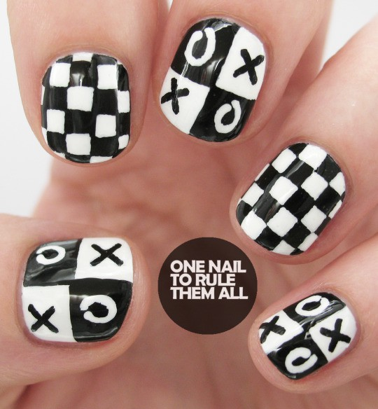 чёрно белый дизайн ногтей крестики нолики