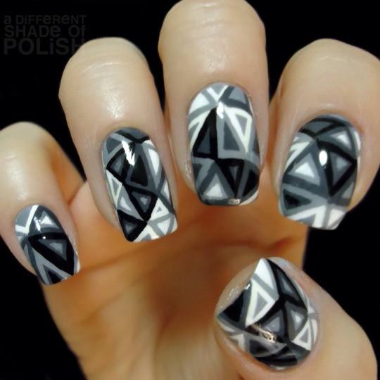 чёрно белый дизайн ногтей треугольники