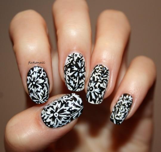 чёрно белый дизайн ногтей цветки