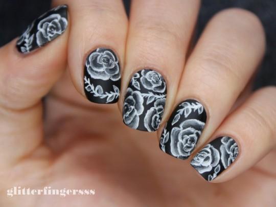 чёрно белый дизайн ногтей розы