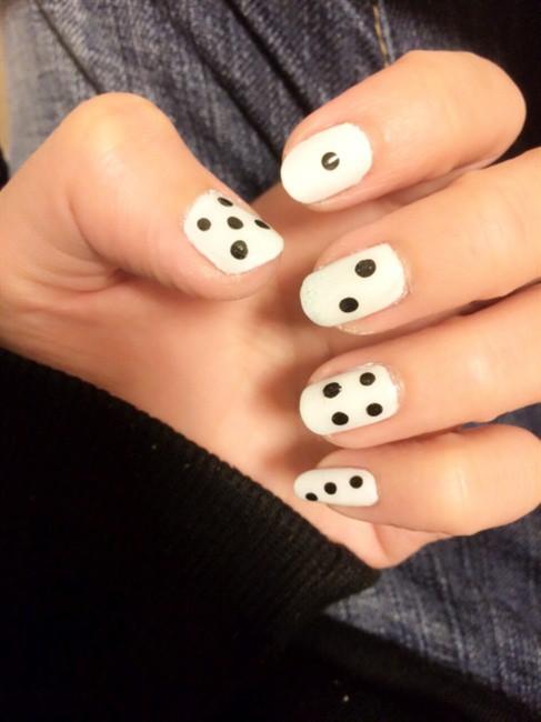 чёрно белый дизайн ногтей игральные кубики