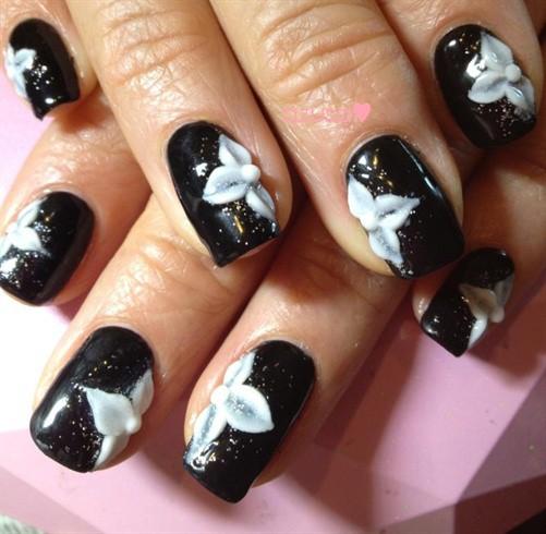 чёрно белый дизайн ногтей объёмный цветок