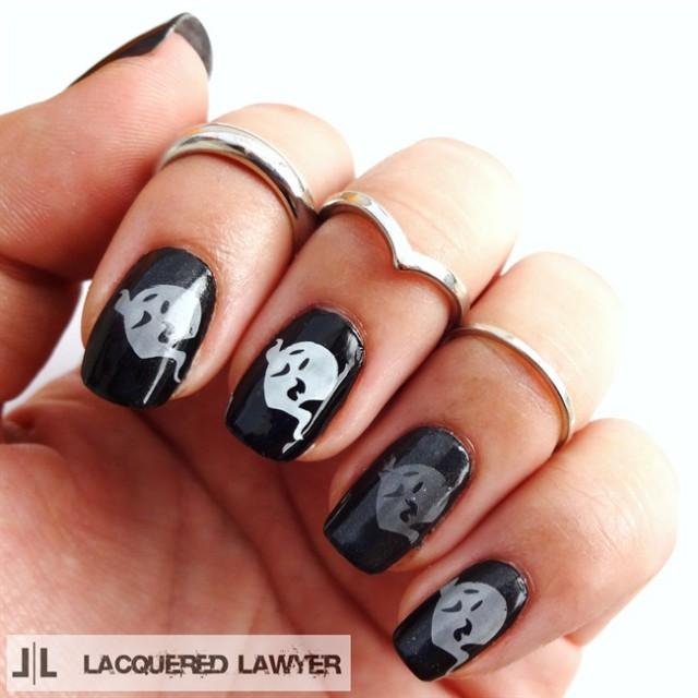 чёрно белый дизайн ногтей привидения