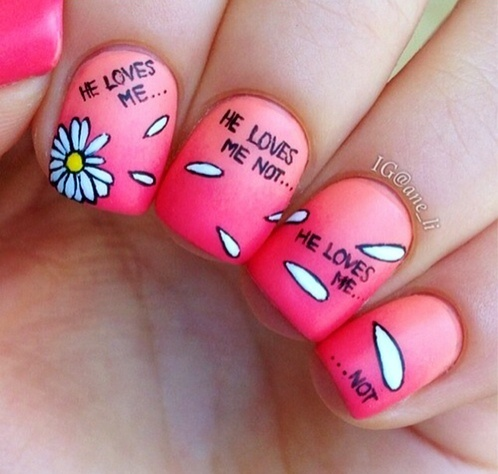 дизайн ногтей ромашка любит не любит надпись nail design with a picture of chamomile