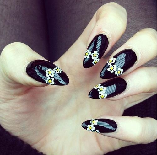 дизайн ногтей ромашка ромашка на чёрном фоне nail design with a picture of chamomile