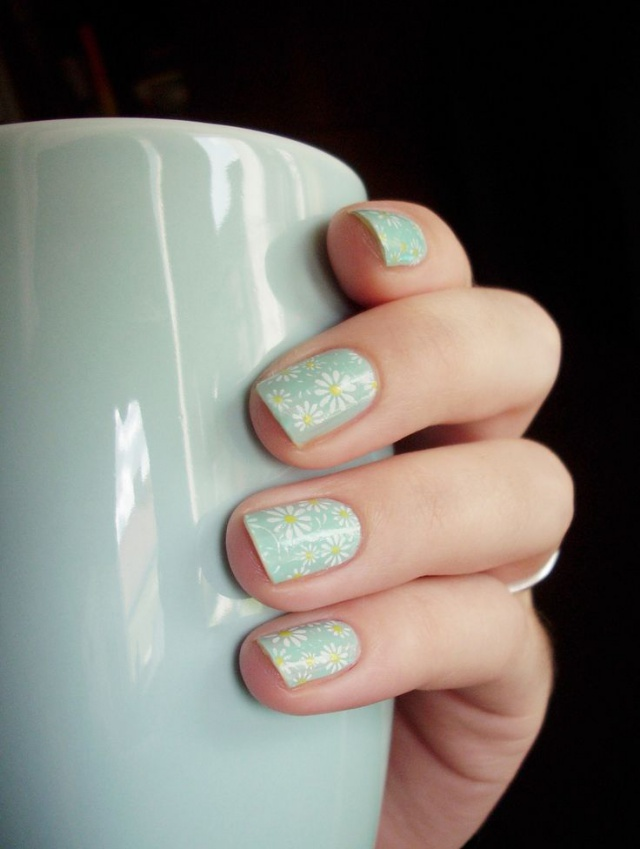 дизайн ногтей ромашка на бежевом фоне nail design with a picture of chamomile