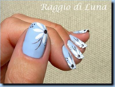 дизайн ногтей ромашка голубой фон nail design with a picture of chamomile