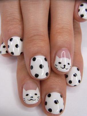 фото дизайн ногтей с кошками чёрный горошек на белом фоне