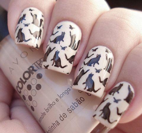 фото дизайн ногтей с кошками чёрная кошка ловит бабочек