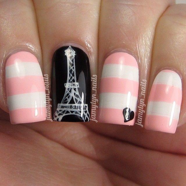 Эйфелева башня из страз на ногтях