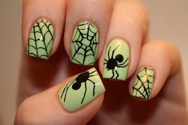 Маникюр с паутиной и пауком