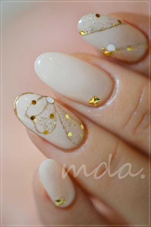 дизайн белых ногтей золото