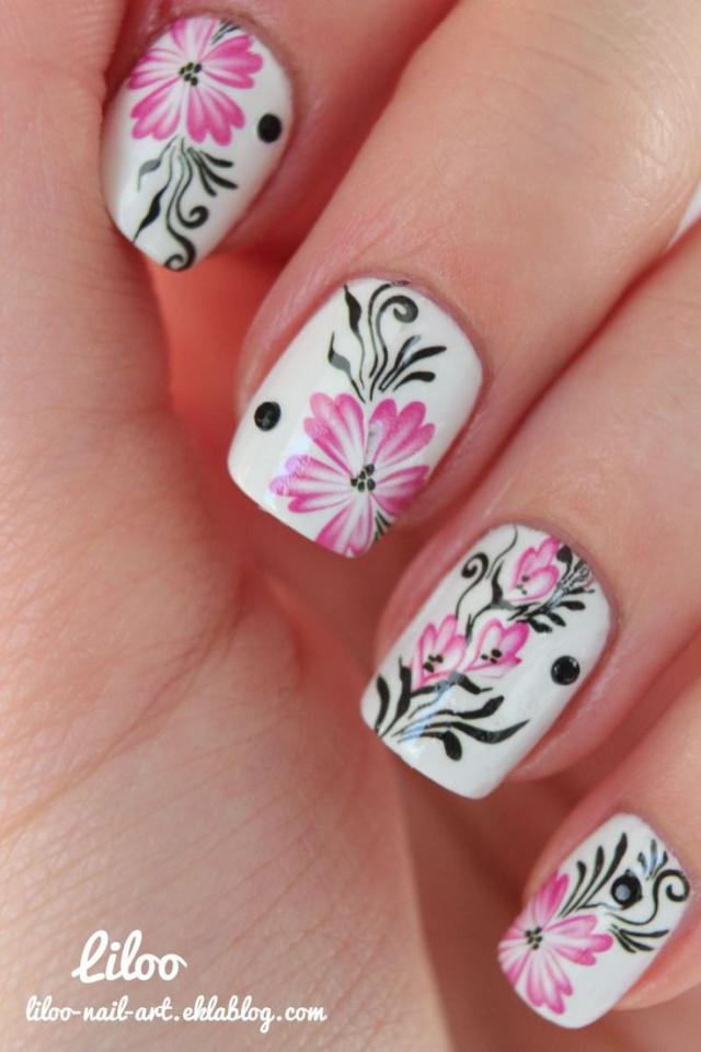 дизайн белых ногтей розовый цветок