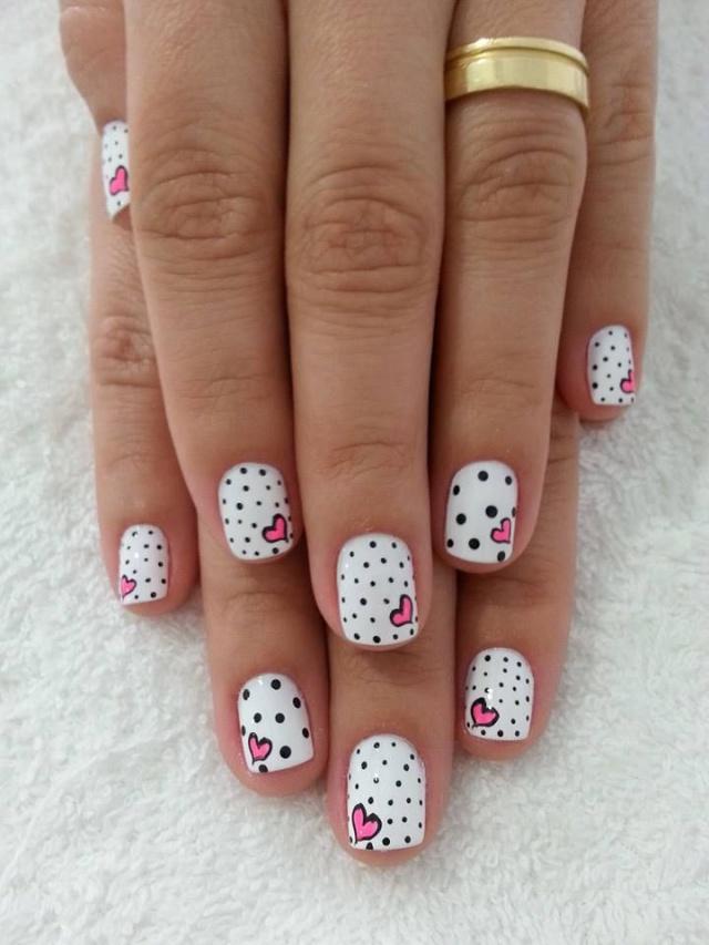 дизайн белых ногтей сердечки