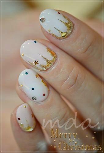дизайн белых ногтей полукруглые золотые звёзды