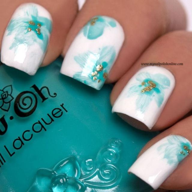 дизайн белых ногтей мятный цветок