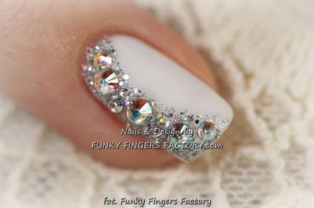 дизайн белых ногтей крупные стразы