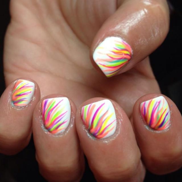 дизайн белых ногтей радуга