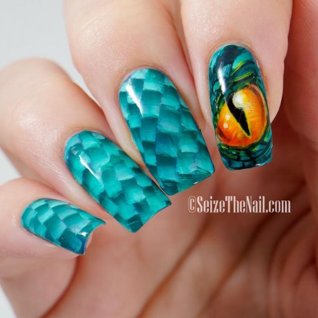 Змея на ногтях