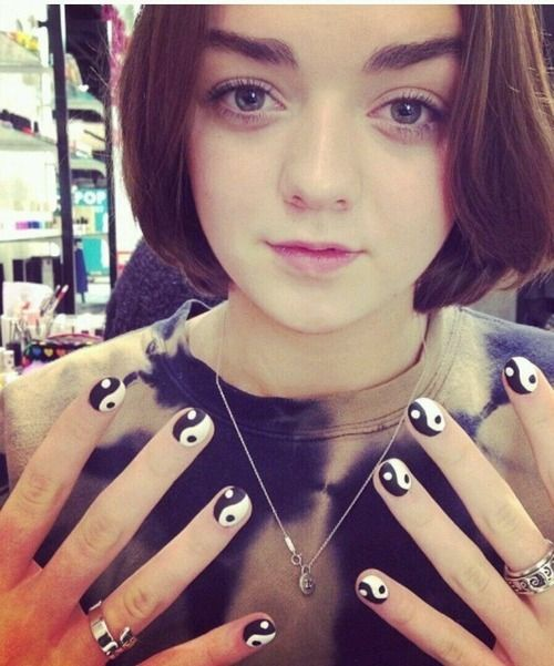 nails yin yang  Maisie Williams - Arya Stark