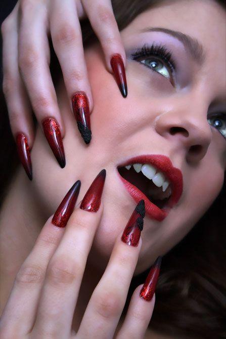 Чёрно красный маникюр на острые ногти