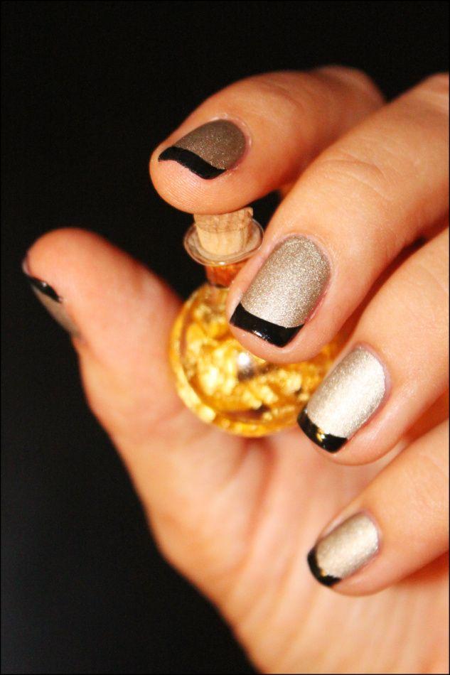 Чёрный френч с золотом на ногтях фото