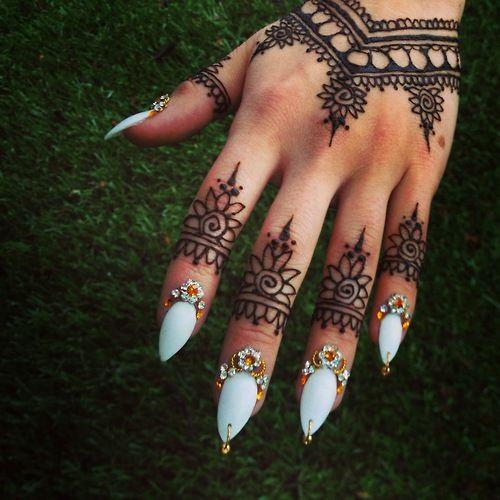 indian design nail индийский маникюр белые