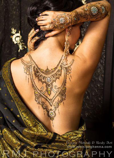 индийский орнамент хной на обнажённой спине