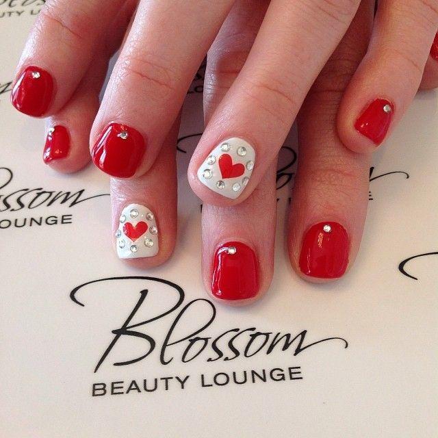 дизайн красных ногтей стразы и сердечки red nail design trends