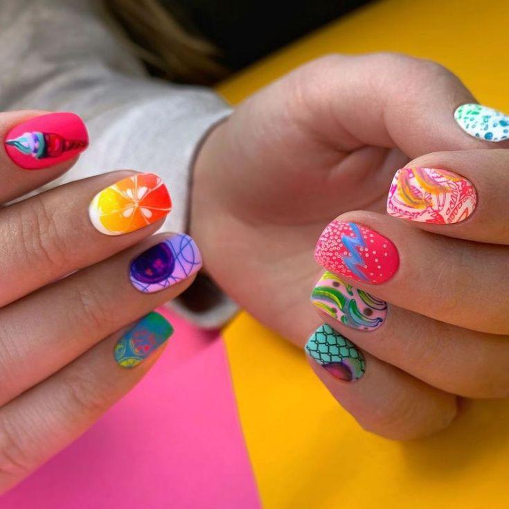 Сочетание цветов на разноцветном маникюре