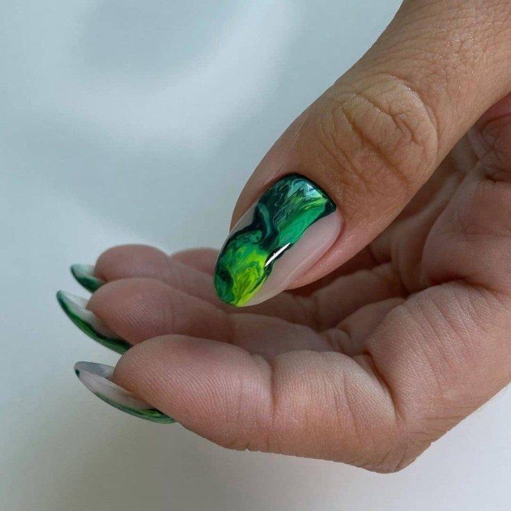 Малахит на ногтях