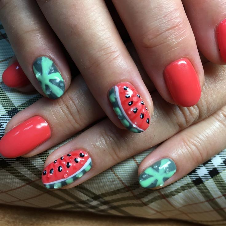 Летний маникюр с фруктами и ягодами