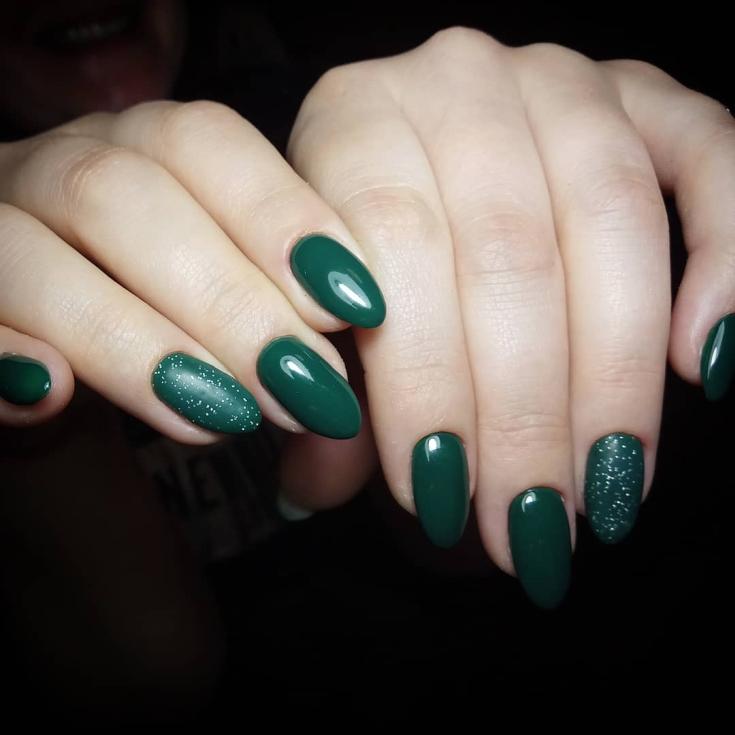Зелёный миндальный маникюр