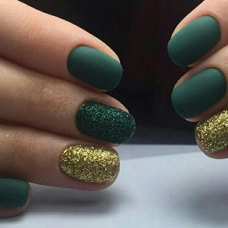 Маникюр зеленый с золотым
