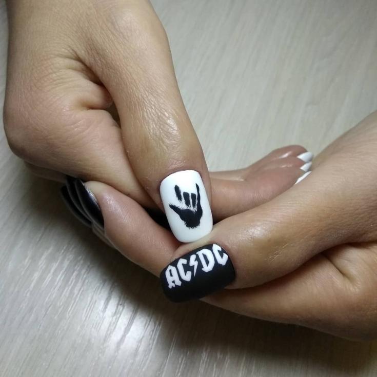 Чёрный маникюр с белыми полосками
