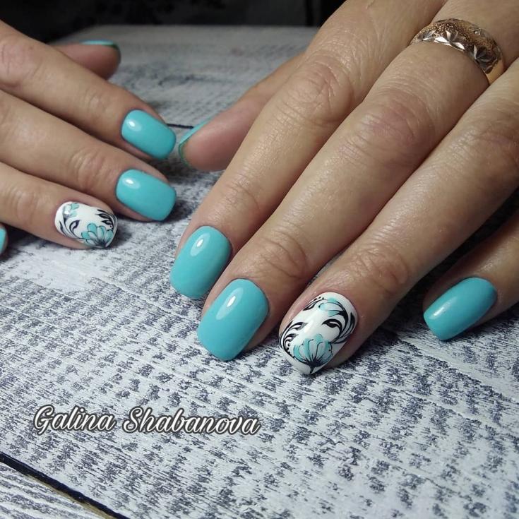 Мятный голубой маникюр