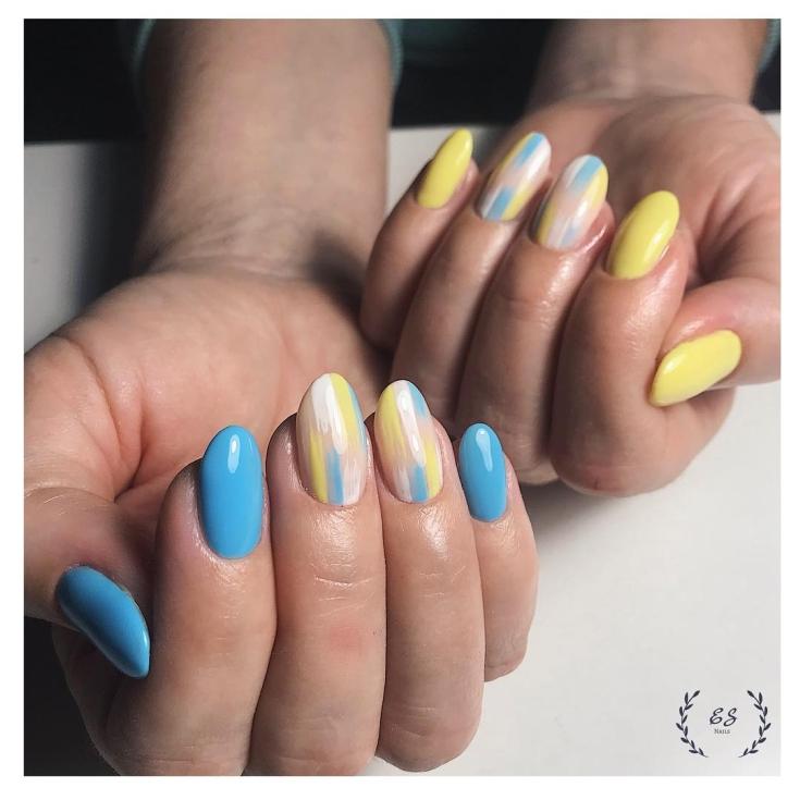 2021 Маникюр голубой с жёлтым