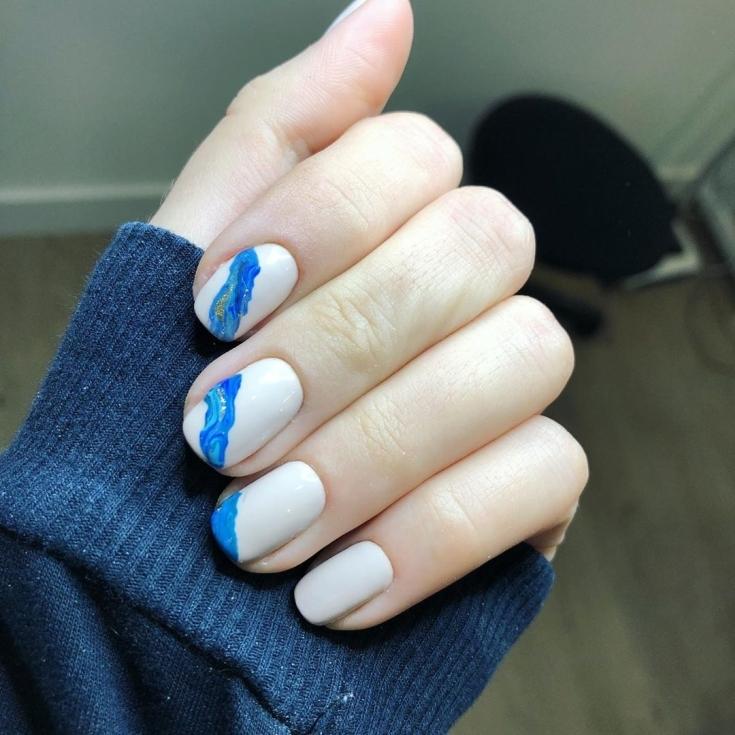 Маникюр бежевый с синим