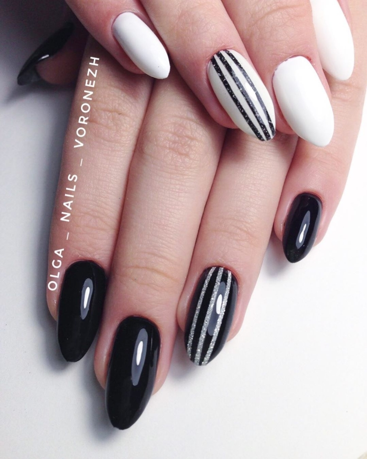Белый маникюр с чёрными полосками