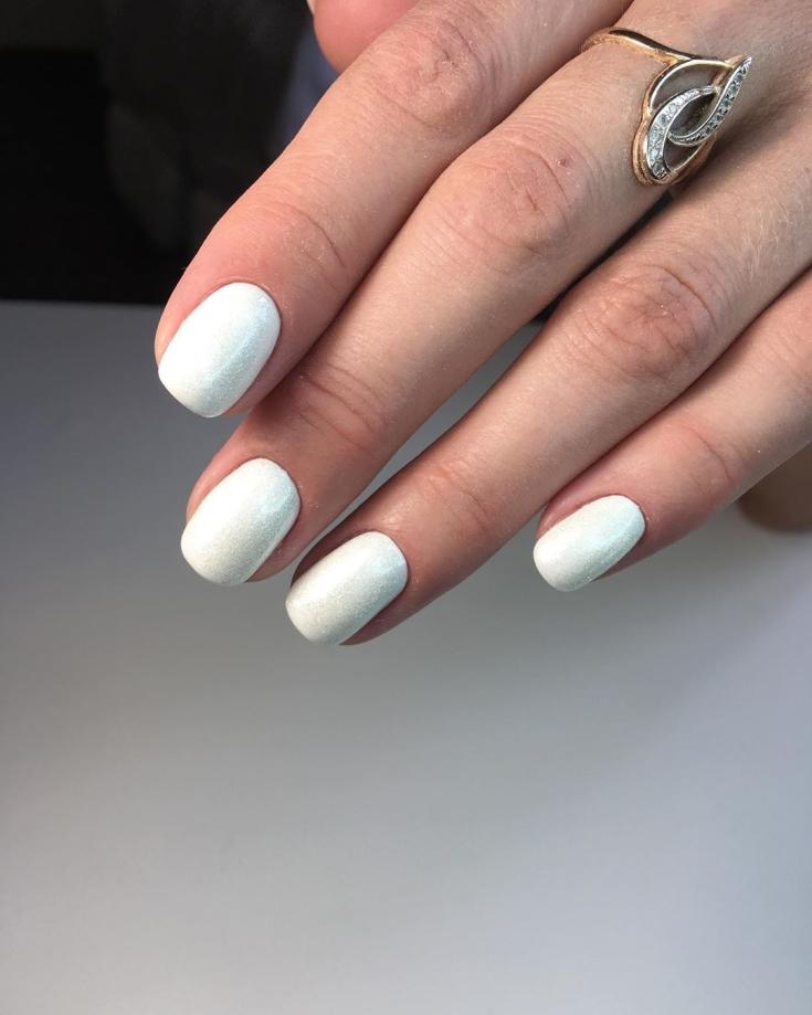 Белый перламутровый маникюр