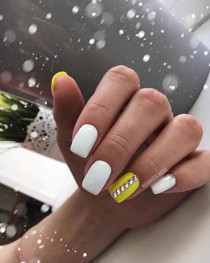 2021 Маникюр белый с жёлтым