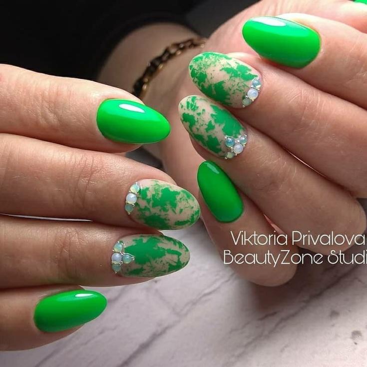 Маникюр зелёный с бежевым